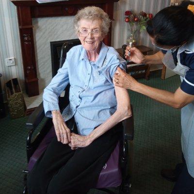 Maureen receiving her booster jab